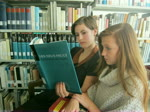 Lesen in der Oberstufenbibliothek Tanja und Melissa